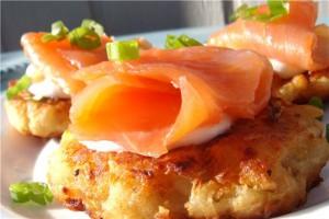 Картофельные оладьи с копченым лососем