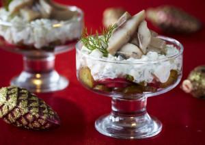 Салат к новогоднему столу с сельдью и маринованными огурцами